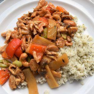 Nem og sund aftensmad: thai-kylling med blomkålsris Mad